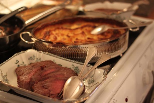 Rostbiff, potatisgratäng och rödvinssås
